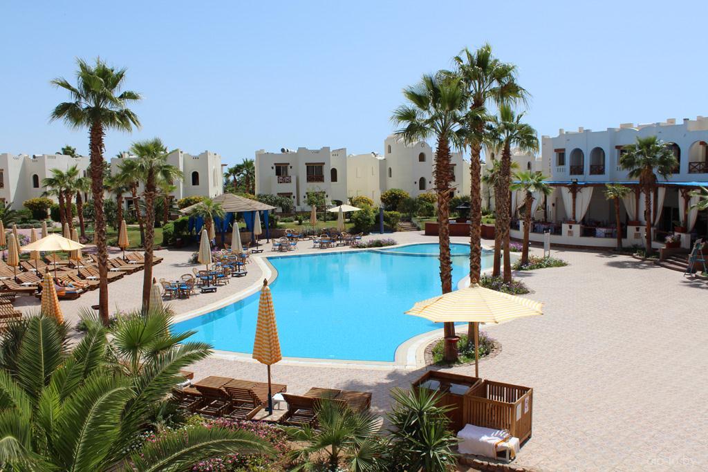Вид на бассейн из номера отеля