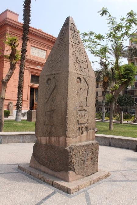 Абелиск у Каирского музея