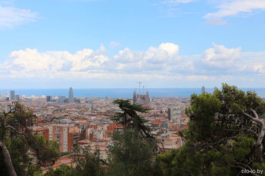 панорамный вид на Барселона (башня Агбар и Саграда Фамилья)