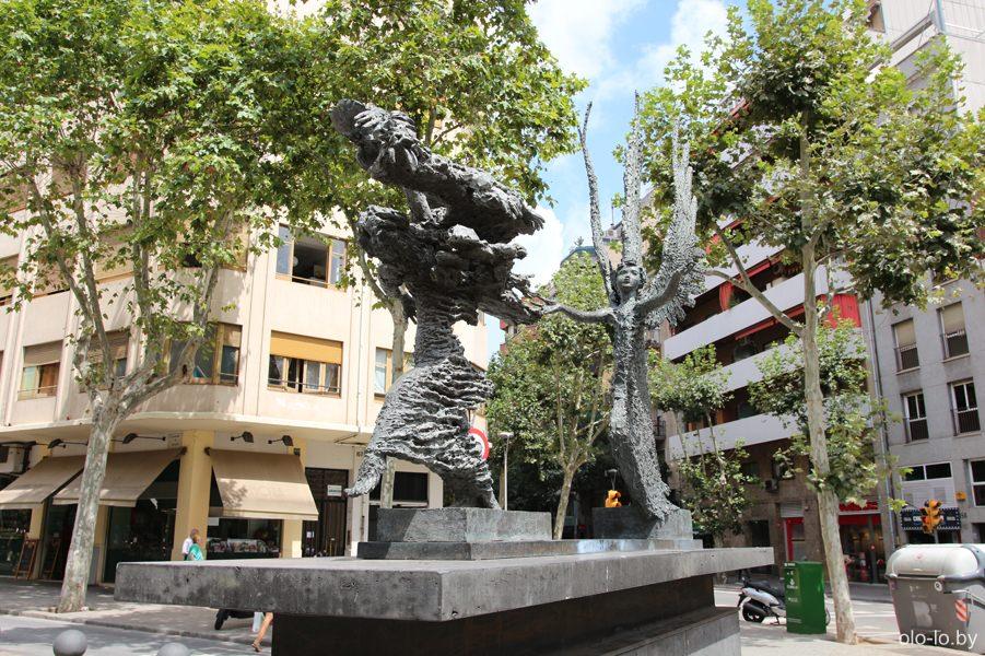 памятник на аллее