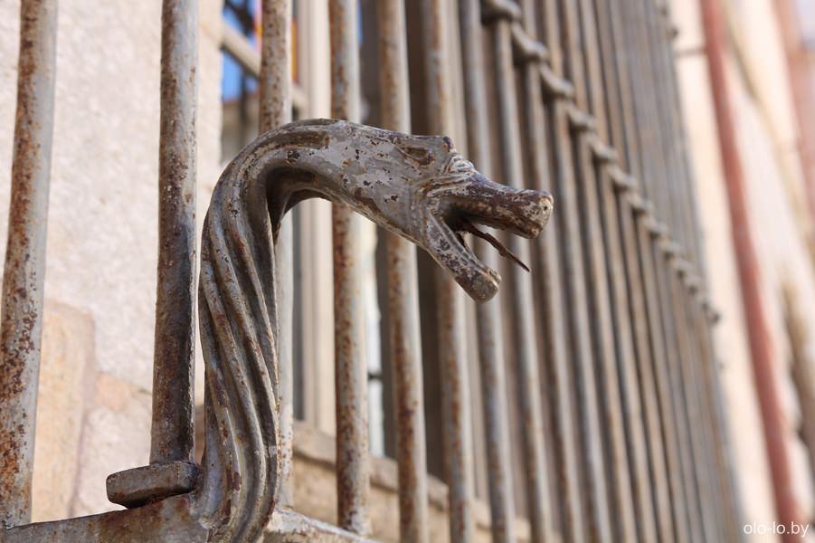 бронзовая змея у кафедрального собора