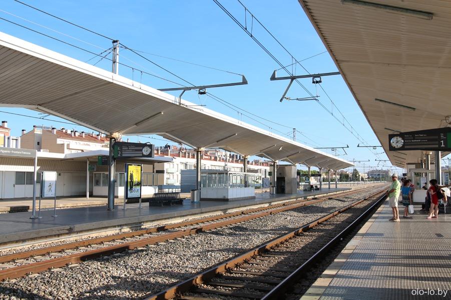 перрон на жд вокзале в Жироне