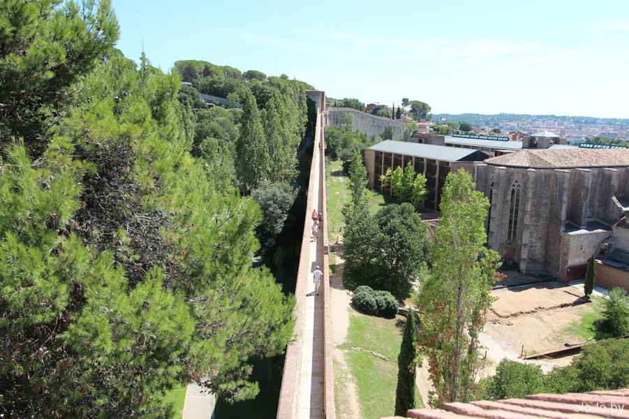 древнеримская крепостная стена в Жироне