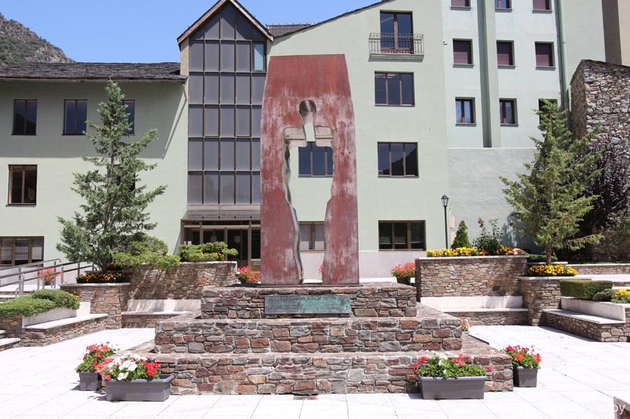 памятник независимости Андорры