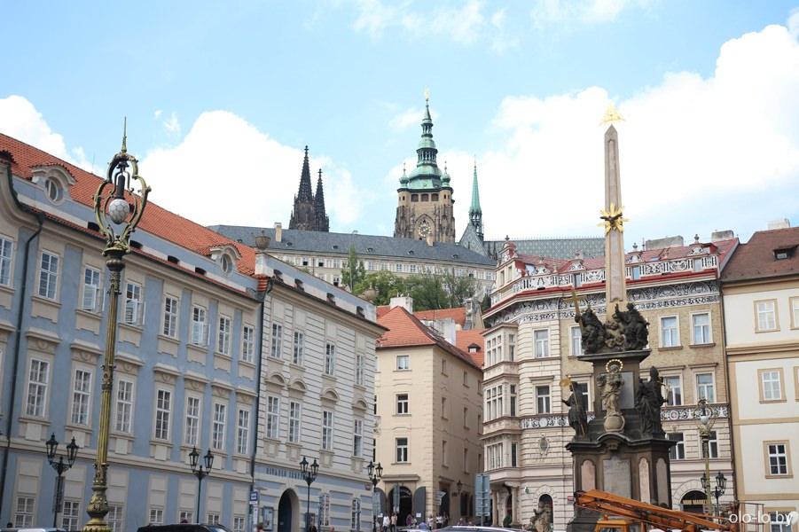 Чумной столб с видом на Пражский град