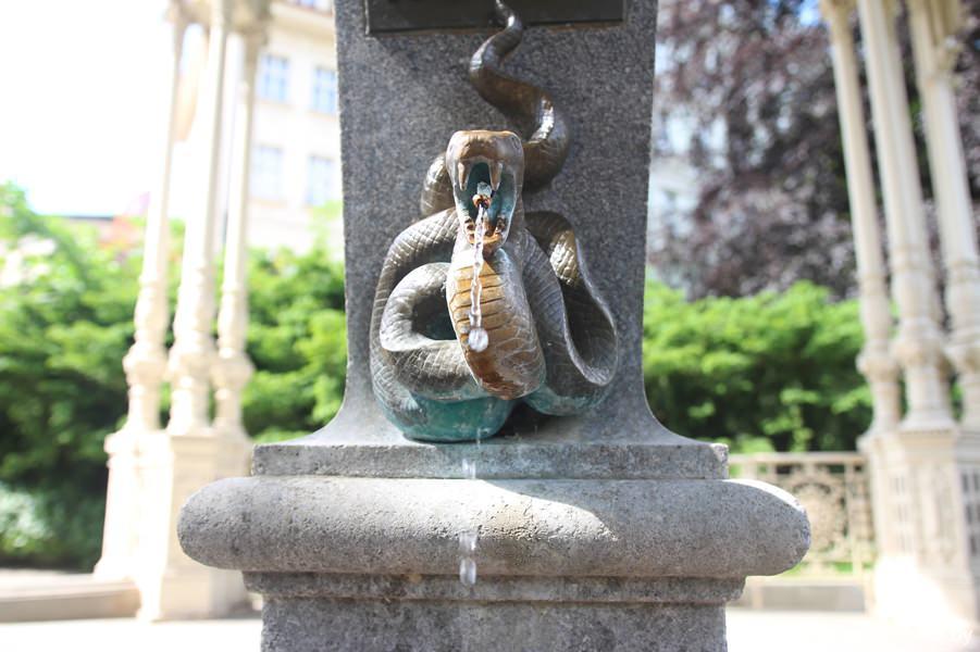 Змеиный источник, Садовая колоннада