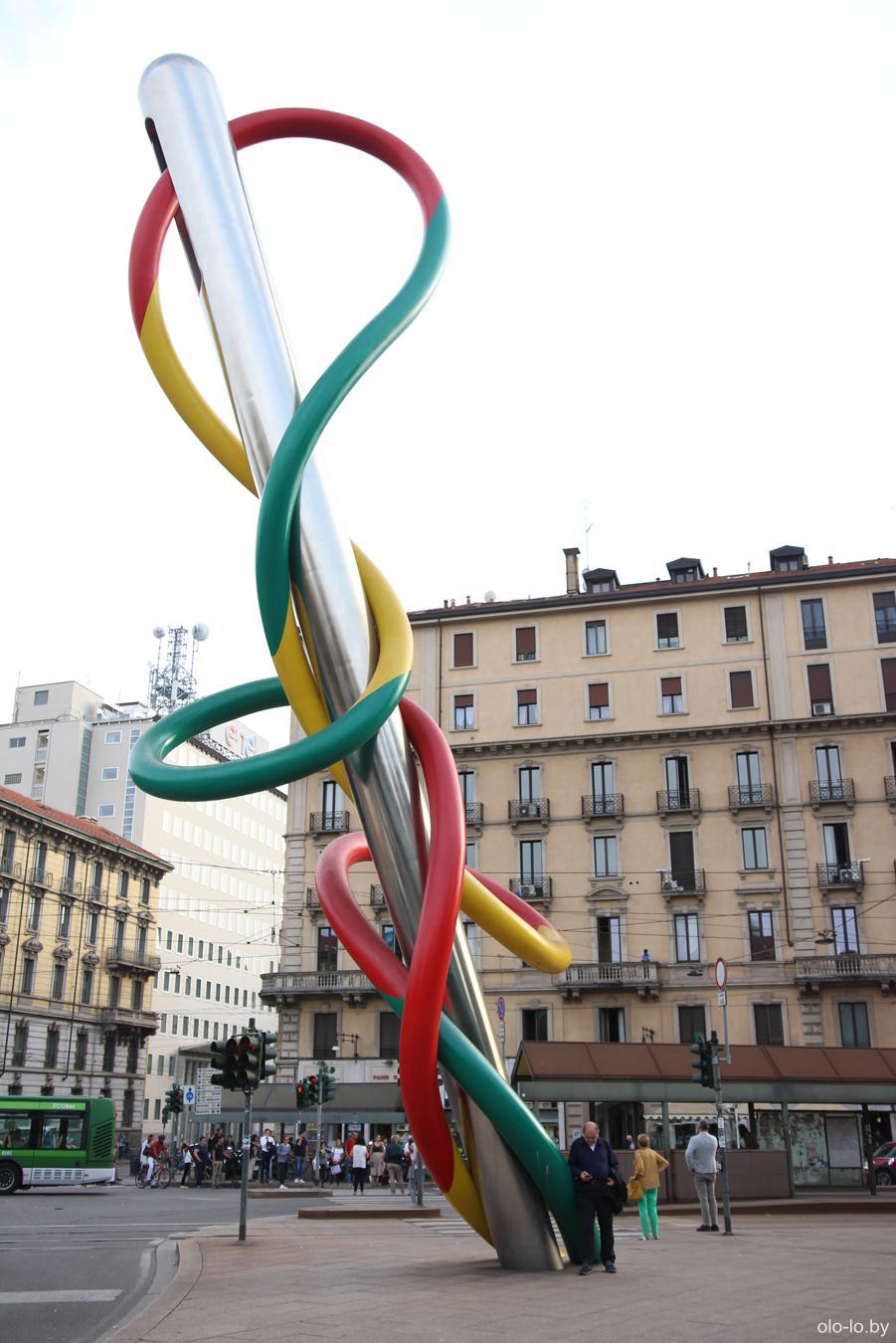 памятник Иголка, нитка и узелок, Милан