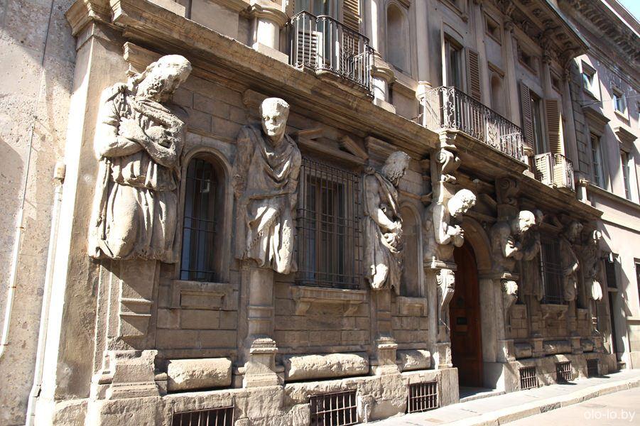 дом Оменони с атлантами, Милан